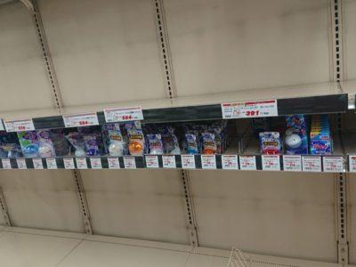 緊急事態宣言で空になった商品棚